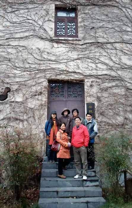 Guangdong College Professors Take Photo With Me_DCE