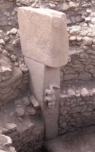 Sculture d'animal sur un monolithe