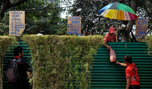 Jakarta Street Vendors Use Ladders to Subvert Paying Rent post image