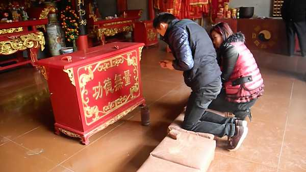 Kau Cim fortune telling at Laoye Temple