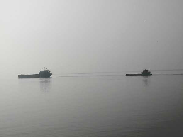 Ships going through the channel of the Laoye Temple waters.