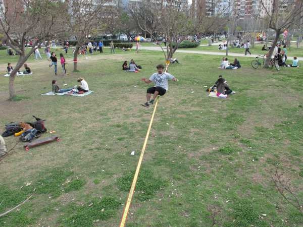 Guy-on-slackline-Rosario-2