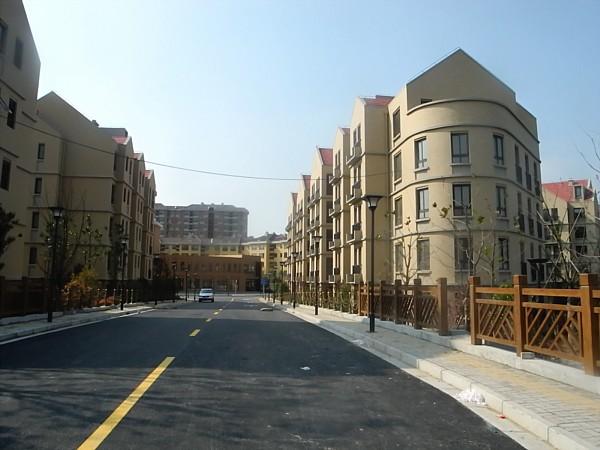 Housing development not yet ready for inhabitants.
