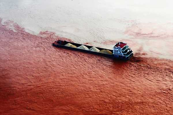 Ship travels through the red Yangtze